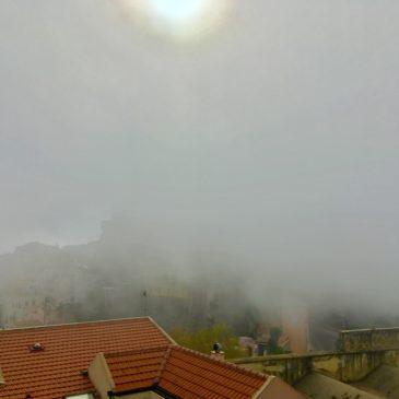 Gaeta avvolta da una coltre di nebbia. Prestare attenzione alla circolazione