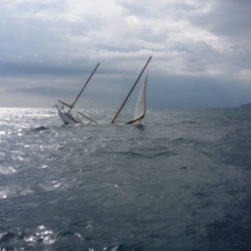 Barca a vela si inabissa su un fondale di 60 metri a largo di Gaeta: in salvo l'equipaggio