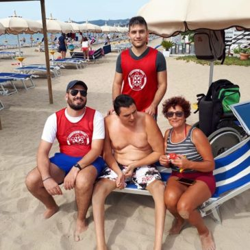 Volontari in spiaggia per assistere Francesco: un'estate con Onore