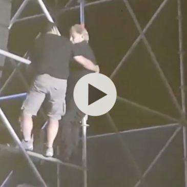 *Video* Nino D'Angelo si arrampica sul traliccio durante il concerto per salutare i suoi fan