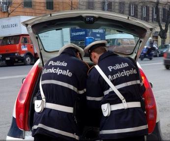 Gaeta: auto non si ferma allo stop a Gaeta e sperona la vettura dei vigili urbani trauma cranico per la vigilessa.