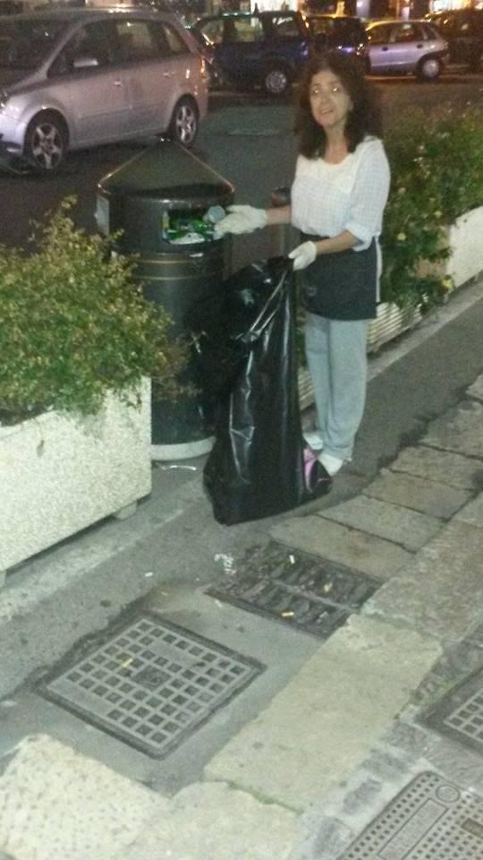 cittadini che raccolgono immondizia