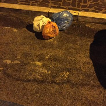 Gaeta Serapo: immondizia lasciata in strada a causa della rimozione dei bidoni dell'indifferenziato