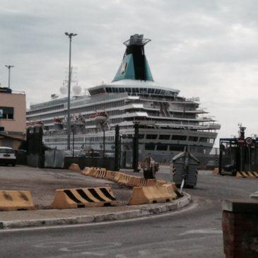 Navi extra lusso a Gaeta: prima prova con l'Artania, superata con i complimenti del Comandante e dell'Armatore