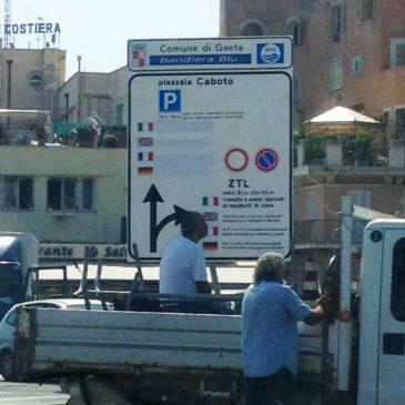 ZTL Gaeta Medievale: Operari al lavoro per cambio segnaletica ZTL e parcheggio Piazza Traniello
