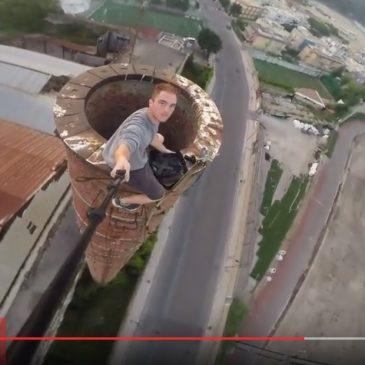 Gaeta: Scala la ciminiera della vetreria a mani nude con i gradini in bilico e filma tutto con la sua camera