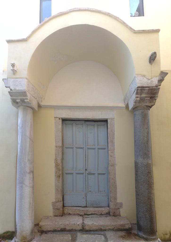 Gaeta,_ex_chiesa_di_Santa_Lucia_-_Portale_laterale