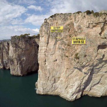*FOTO* GreenPeace in azione a Gaeta: suggestiva arrampicata sulla Montagna Spaccata