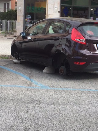 Gaeta: ancora un furto di ruote su Corso Italia